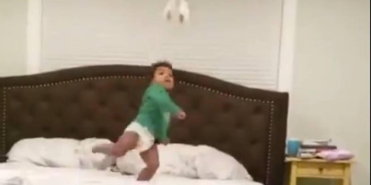 VÍDEO: Bebê de dois anos emenda voleio com maestria, e a reação do pai é a mais fofa possível