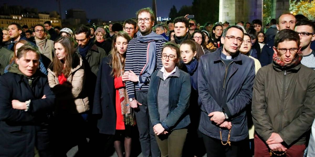 Notre Dame está en las oraciones de todos: Parisinos llevan adelante vigilia tras la desgracia