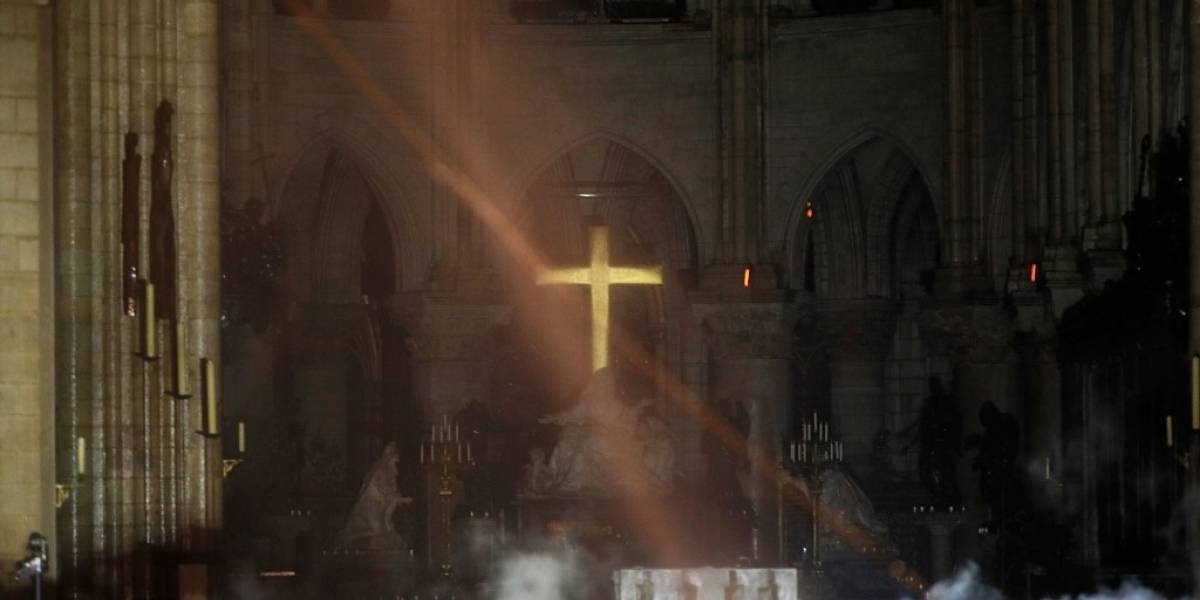 """Los católicos lloran un """"símbolo vivo"""" de su fe con el incendio de Notre Dame"""