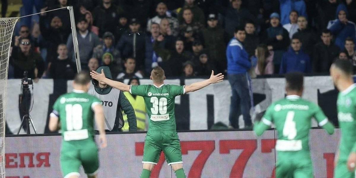 VIDEO: Defensa festeja gol frente a afición rival y desata invasión de cancha