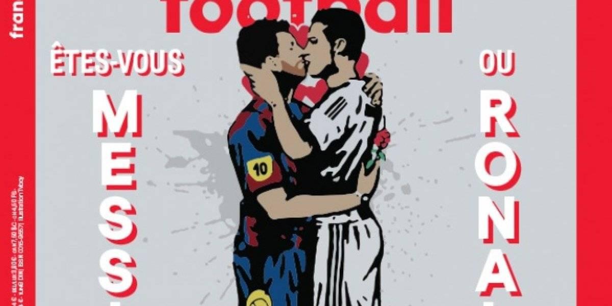 Messi y Cristiano aparecen en portada de revista dándose un beso