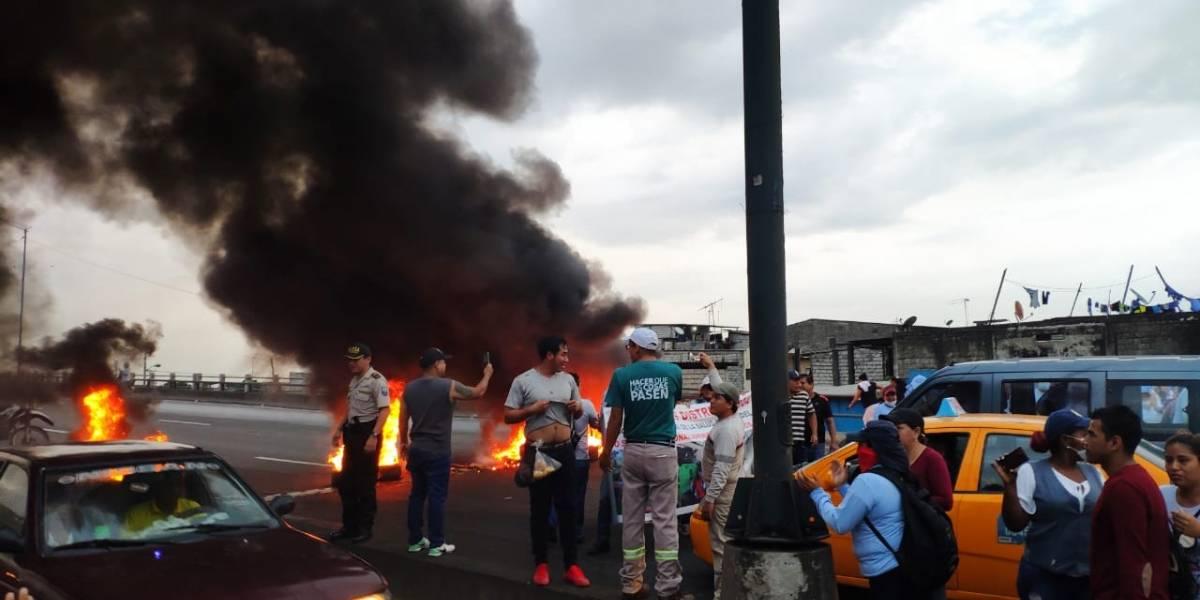 Guayaquil: Extrabajadores del Ministerio de Salud protestan en la vía Perimetral
