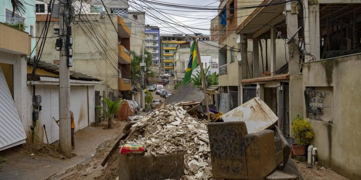 Sobe para 16 os mortos por desabamento de prédios no Rio; sobreviventes temem milícia