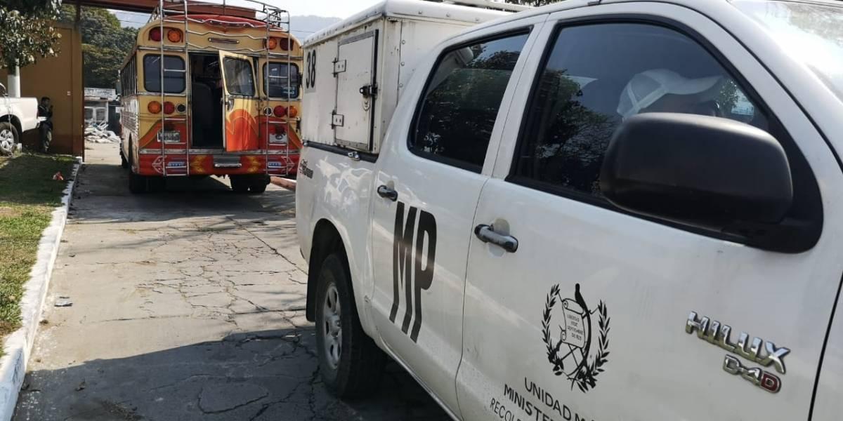 Ataque contra bus deja dos heridos; piloto los traslada al hospital
