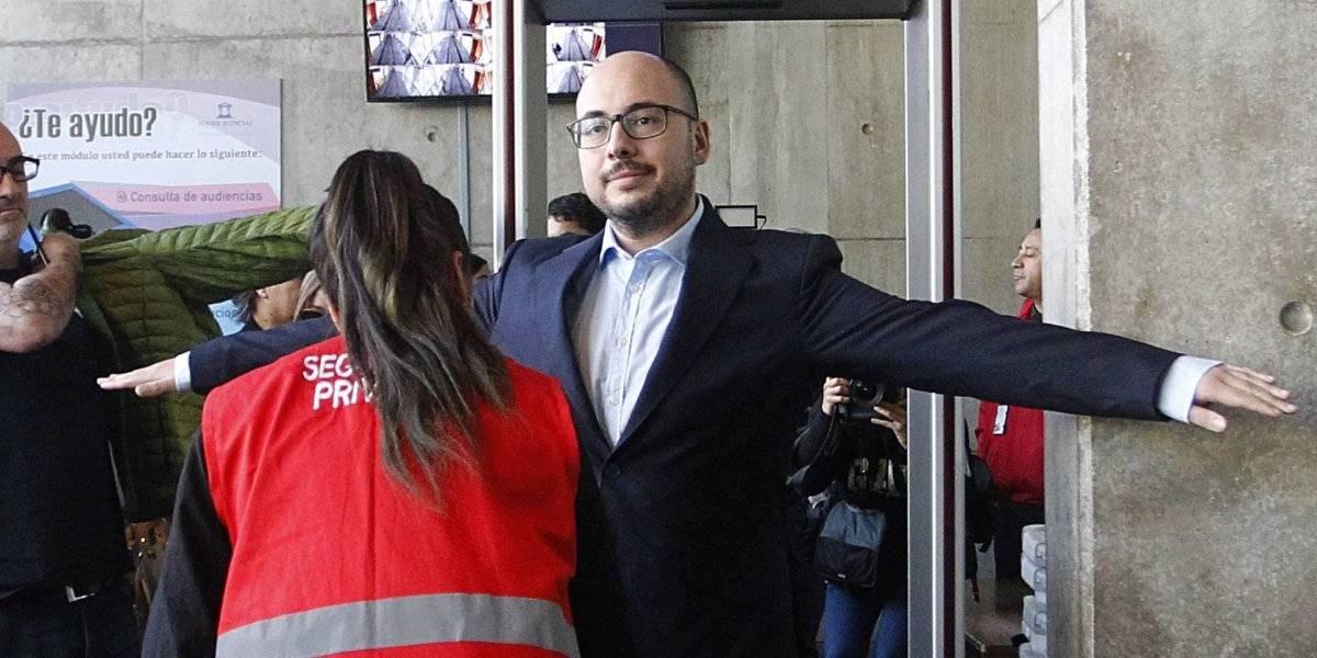 Suspenden audiencia de Nicolás López: se incautó polera rasgada del cineasta que coincide con el relato de víctima