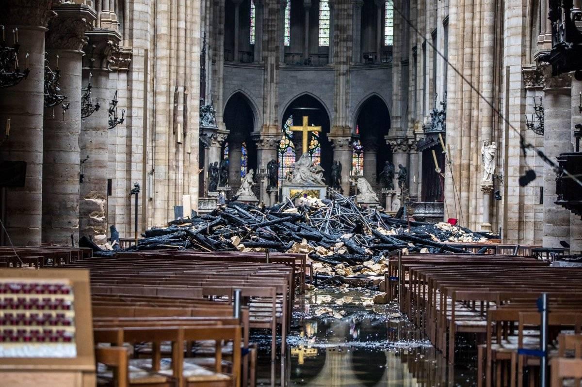 Cruz intacta tras incendio en Notre Dame