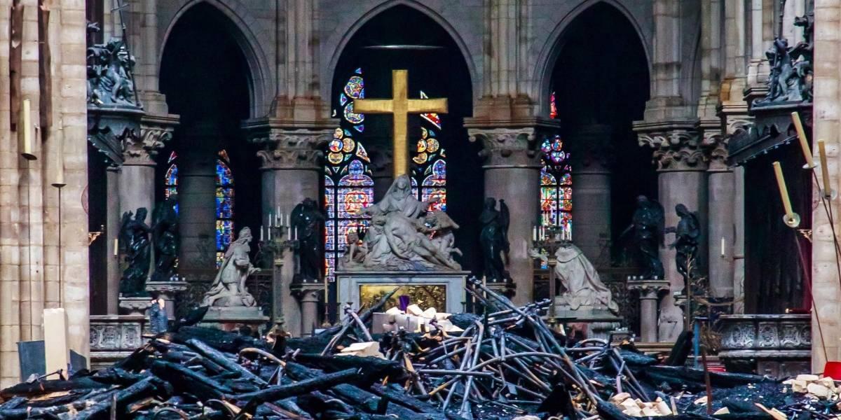 Cruz y altar quedaron intactos tras el incendio en Catedral de Notre Dame