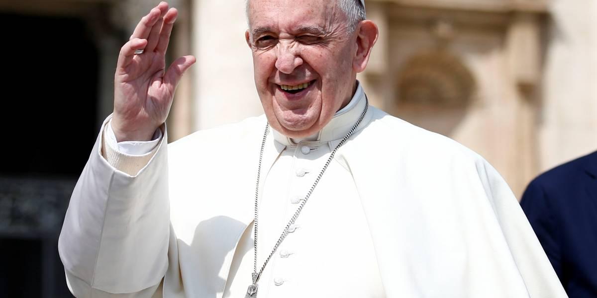 Papa Francisco ganha busto de bronze e capacete de Ayrton Senna