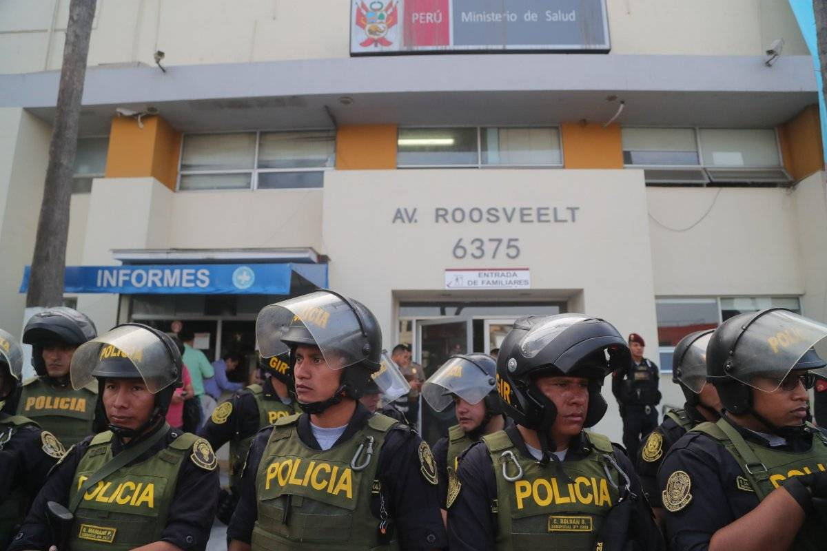 Policías resguardan el hospital Casimiro Ulloa, donde fue trasladado por la policía el expresidente peruano Alan García