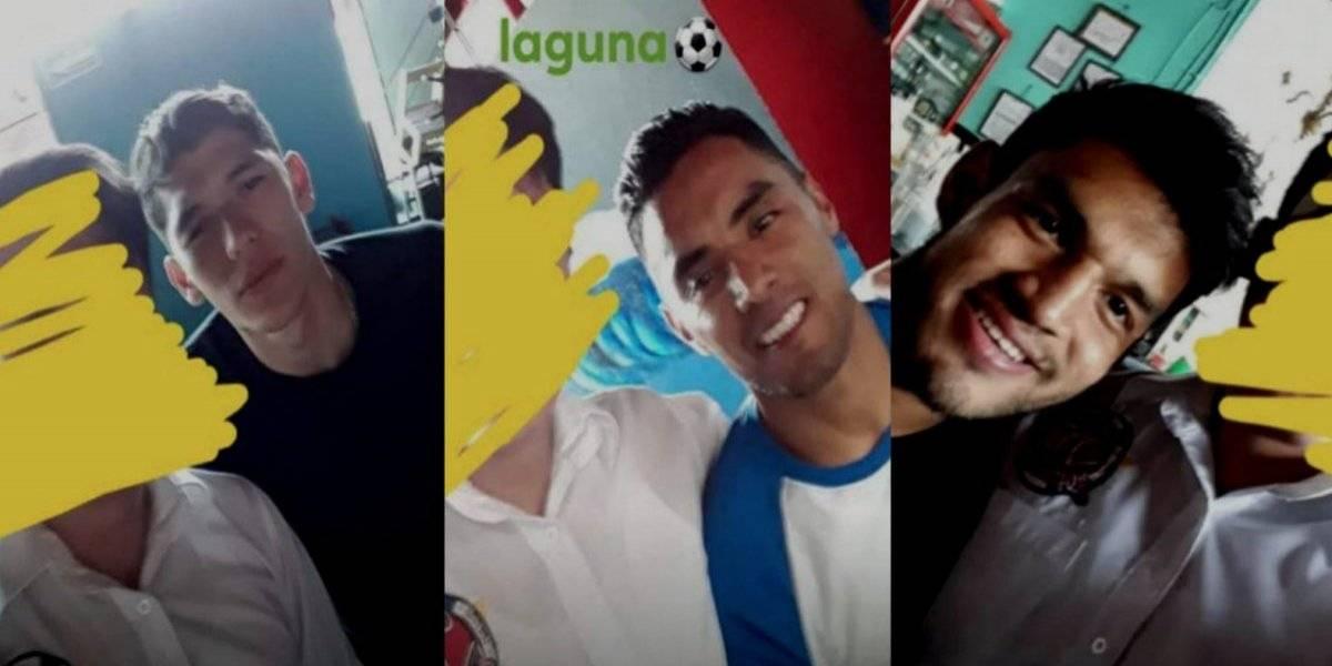 Mujeres exhiben a jugadores de Santos en un bar