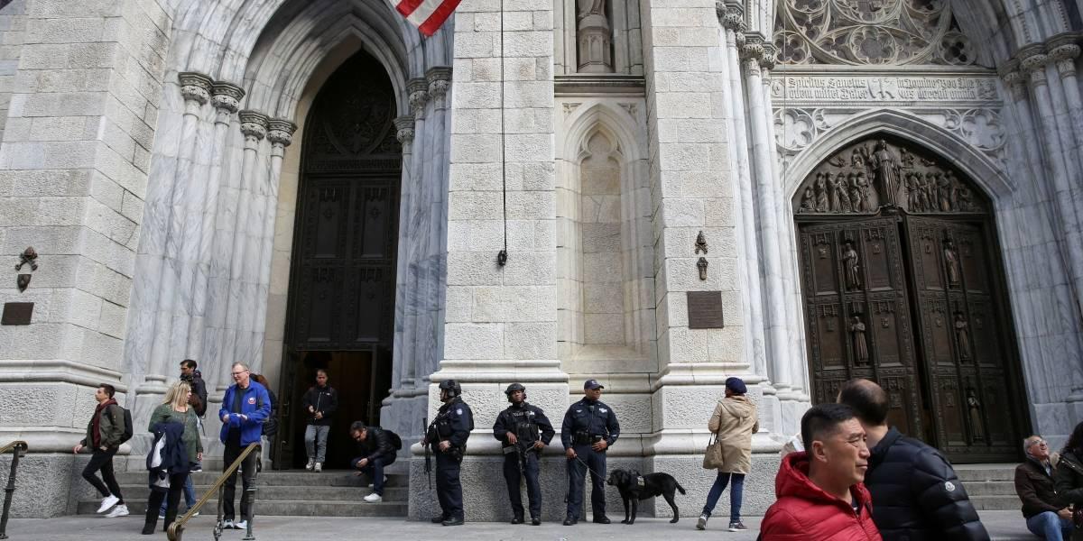 Homem é preso ao tentar entrar em catedral de Nova York com galões de gasolina