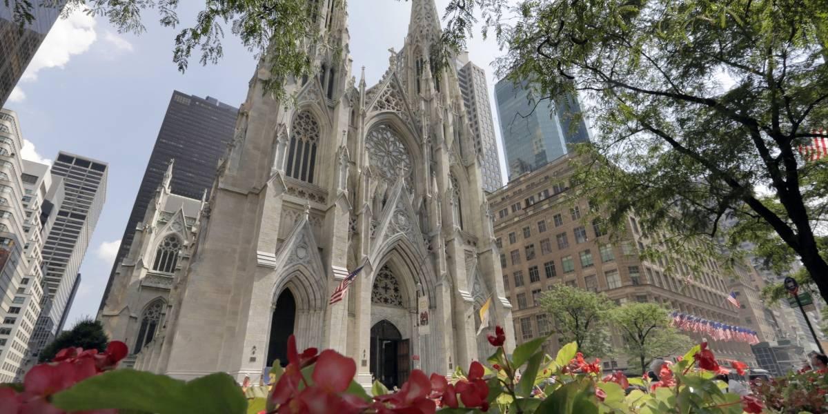 Detienen a hombre en catedral de NY con recipientes de gasolina