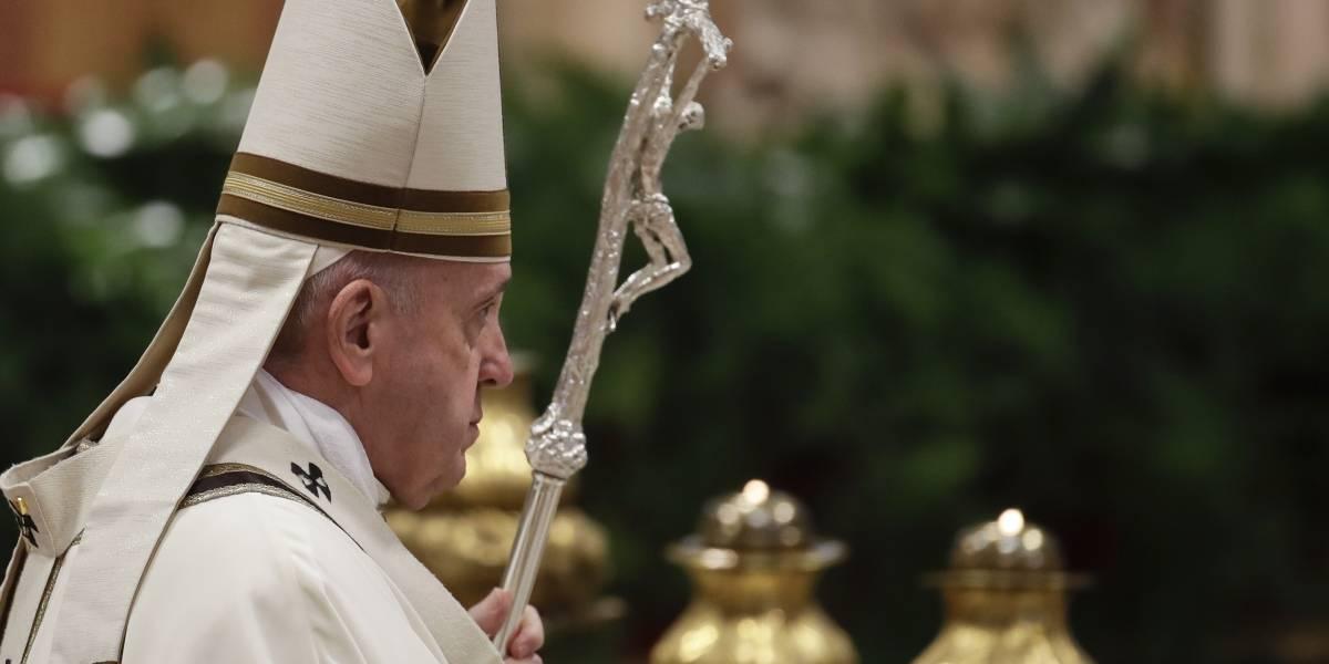 Papa Francisco lava los pies de 12 reclusos durante misa