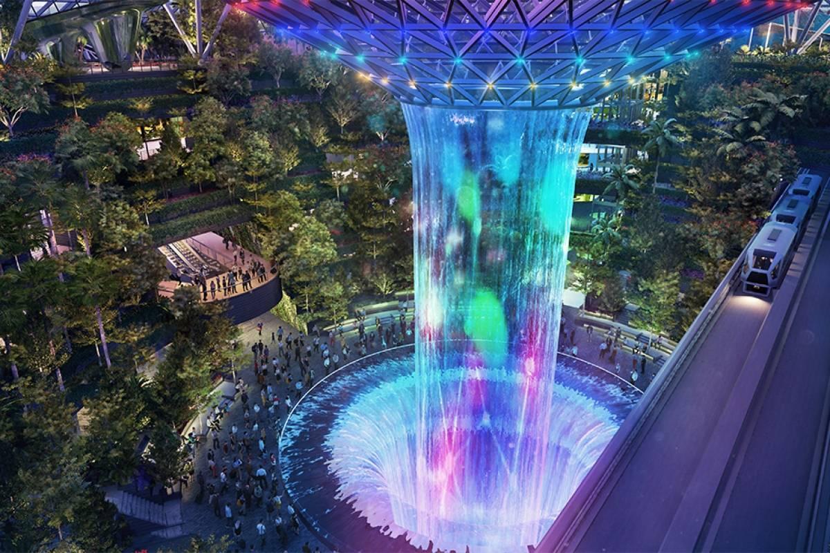 Locura: Aeropuerto de Changi en Singapur presentó cascada gigante que riega un bosque dentro del recinto