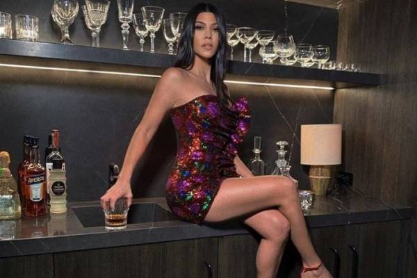 Kourtney Kardashian Desnuda En Su Pastel De Cumpleaños Nueva Mujer