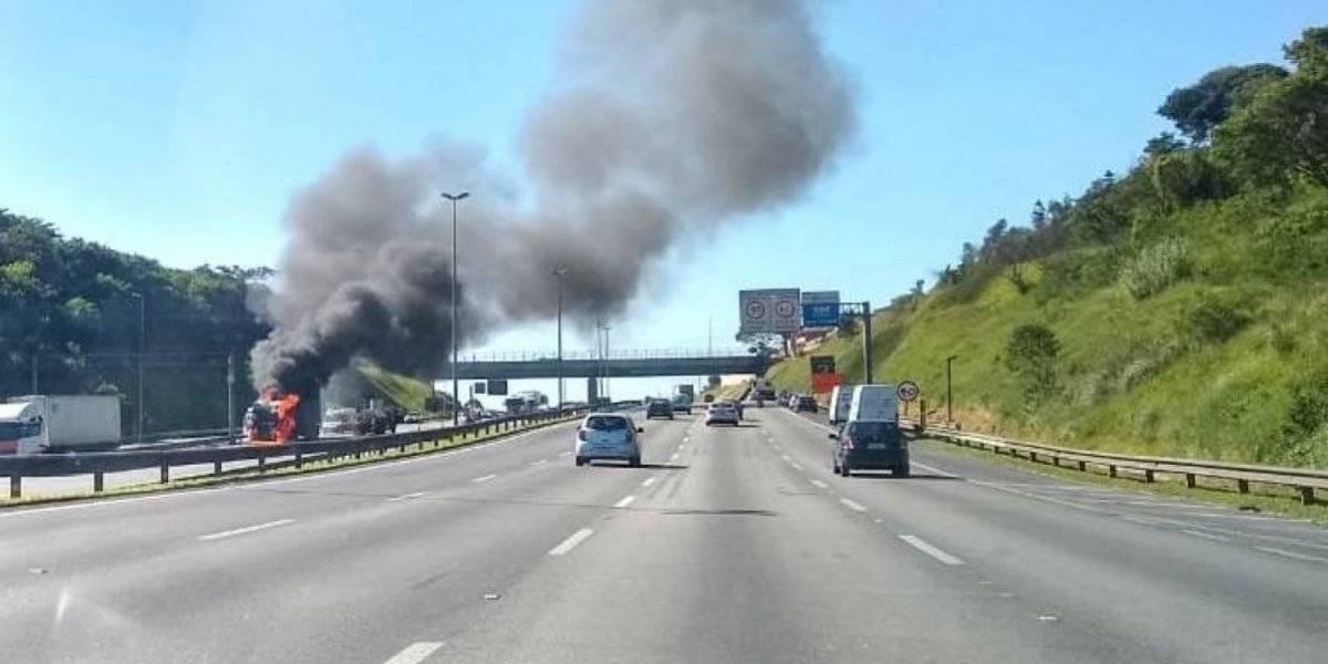 Caminhão em chamas deixa Rodoanel totalmente bloqueado