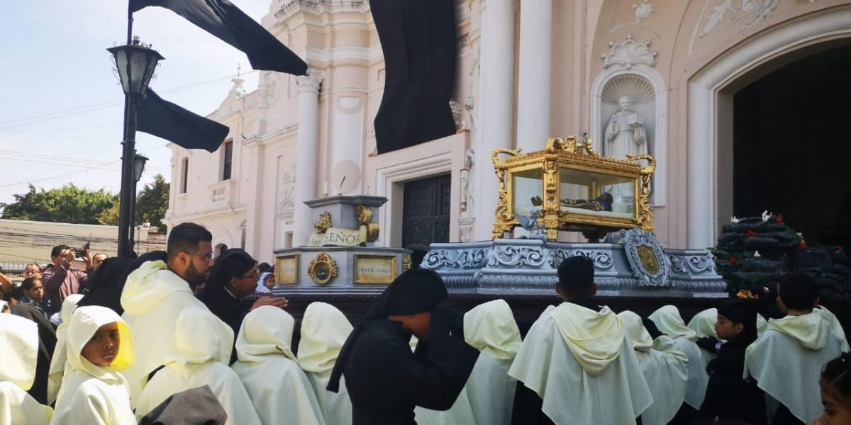 Decenas de niños llevan en hombros al Cristo Morto