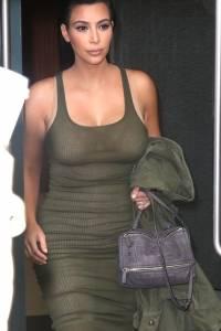 Kim Kardashian sube un coche sin ropa interior