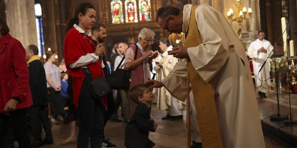 Iglesia en París rinde homenaje a bomberos que combatieron fuego en Notre Dame