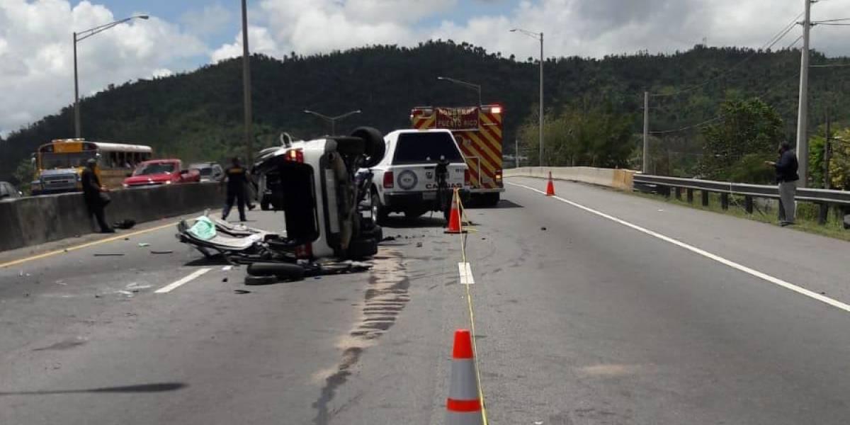Policía reabre carriles en autopista PR-52 tras remover auto volcado