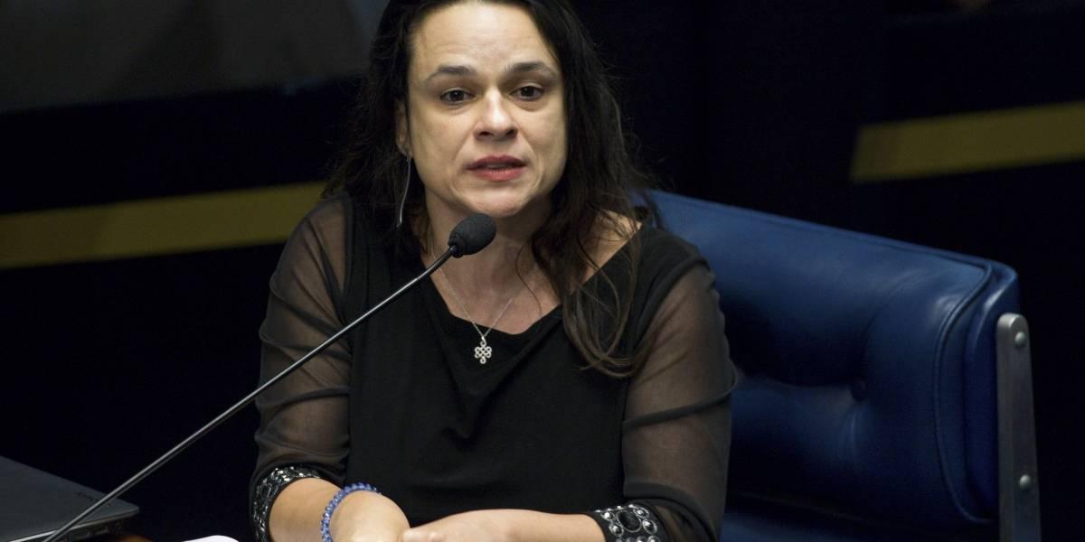 Janaina Paschoal quer proibir homens de darem banho em crianças nas escolas