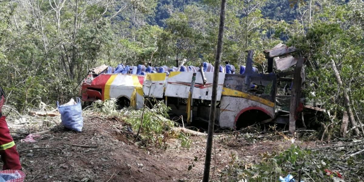 Bus cae al precipicio en Bolivia dejando cerca de 17 fallecidos
