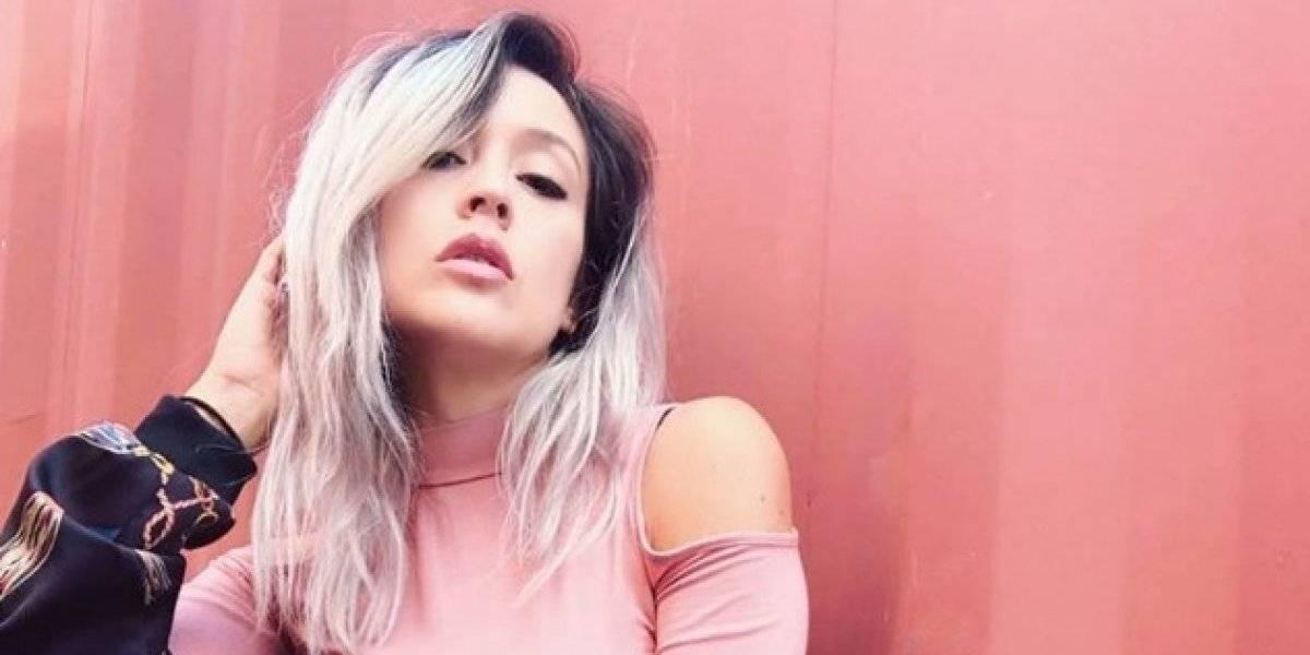 El atrevido escote de la cantante guatemalteca Daniela Carpio que deja poco a la imaginación