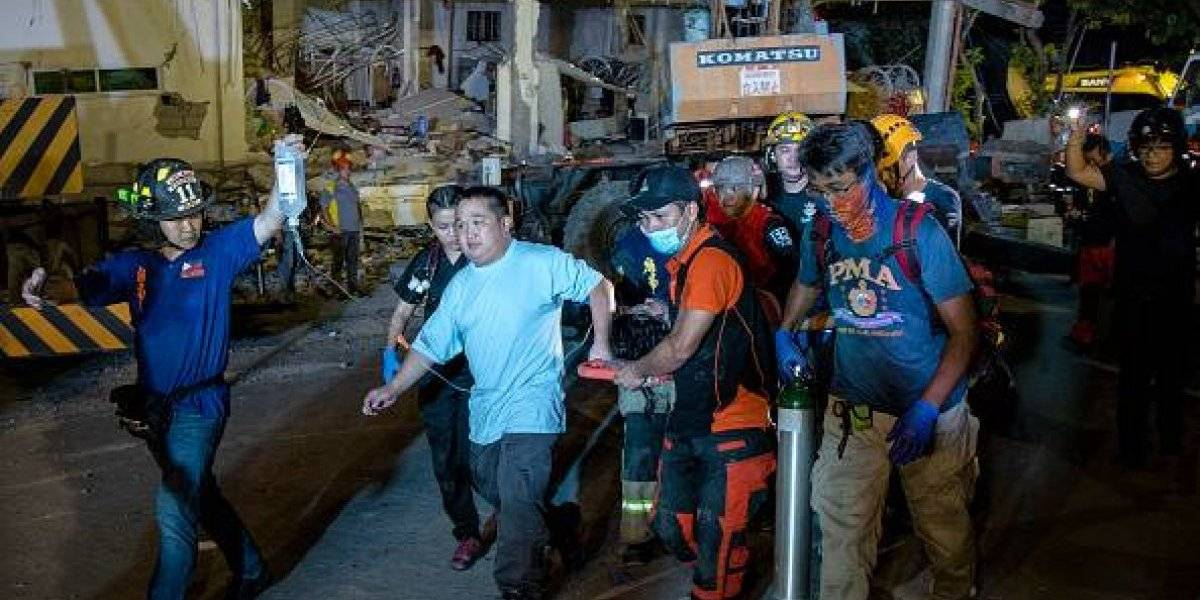 Terremoto en Filipinas: Una piscina se rompe en la terraza de un edificio