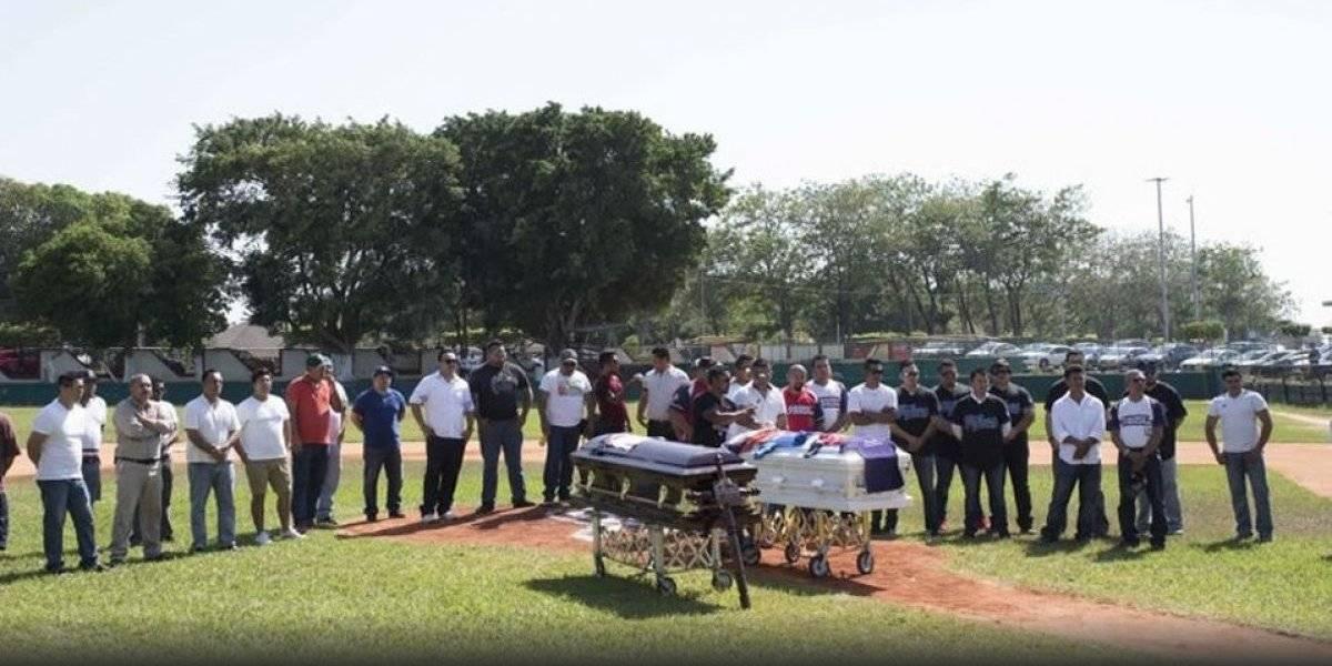 Despiden en campo de beisbol a entrenador e hijo asesinados en Minatitlán