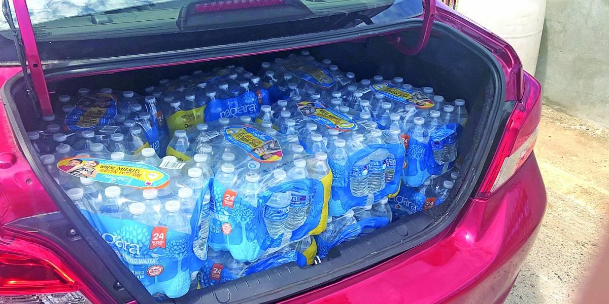 FEMA pagó miles de dólares a compañía que regaló agua expirada en Dorado