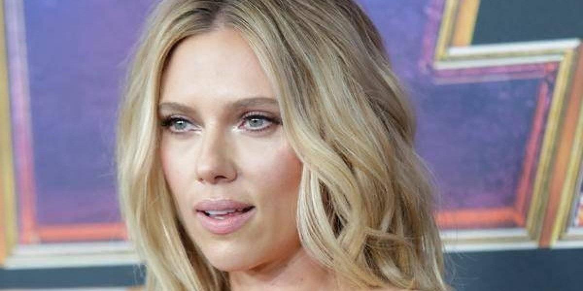 Vestido revela tatuagem de Scarlett Johansson em pré-estreia de 'Vingadores: Ultimato'