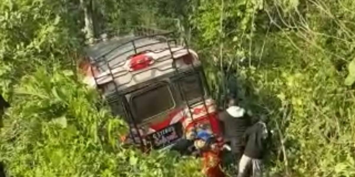 Autobús extraurbano cae a hondonada en ruta de Retalhuleu