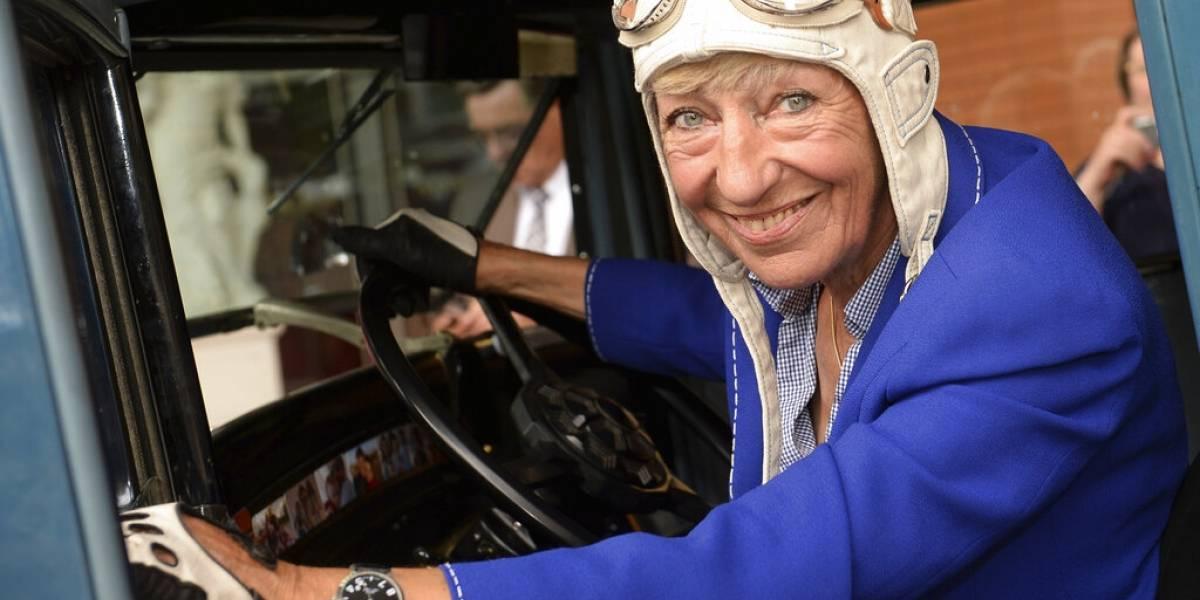 Muere alemana famosa por dar la vuelta al mundo en auto