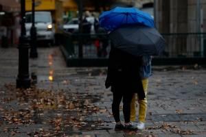 A sacar los paraguas y a abrigarse: Lluvias, tormentas eléctricas y las mañanas más frías del año afectarán a Santiago y la zona central del país