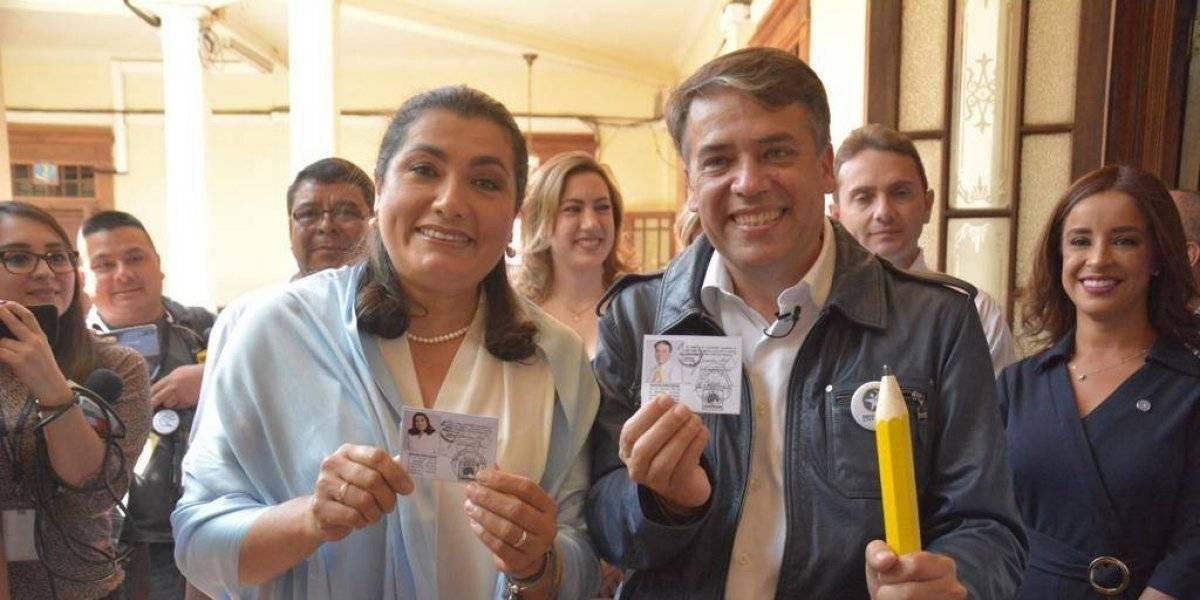 Edwin Escobar y Blanca Alfaro reciben credenciales de inscripción