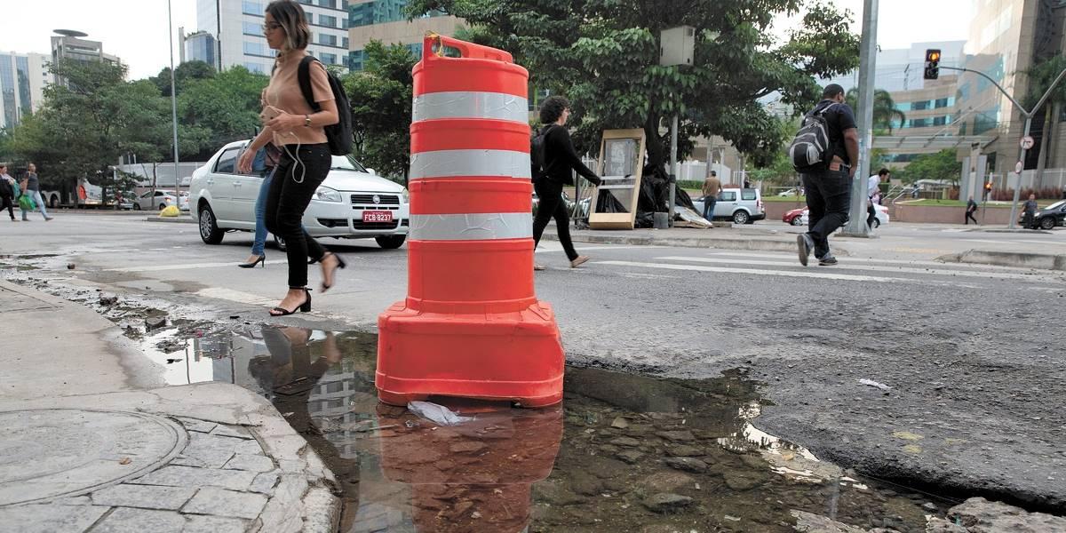 Água vaza na rua Funchal há meses