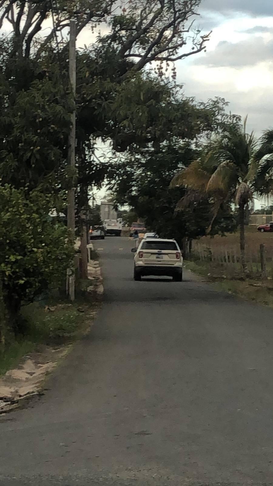 Por el estrecho camino de Villa Santa transitan los vehículos de la gente que busca el agua. Metro