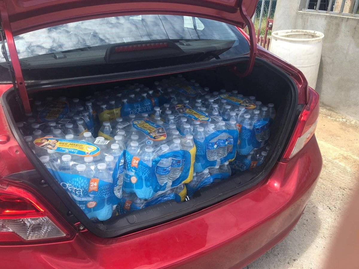 Vecinos de Dorado se llevan toda el agua expirada que puedan de forma gratuita. Muchos desconocen la procedencia del agua. Metro