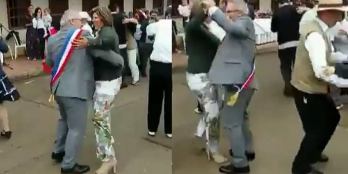 Alcalde francés sorprendió bailando carranga