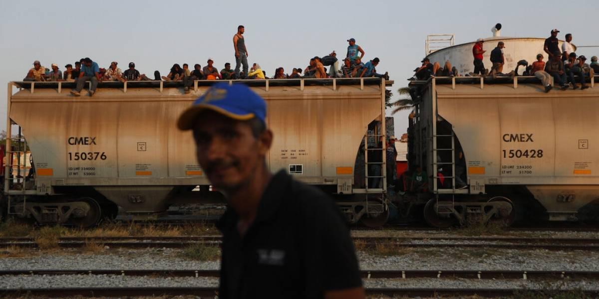 """Migrantes se suben al tren """"La Bestia"""" tras redada en México"""
