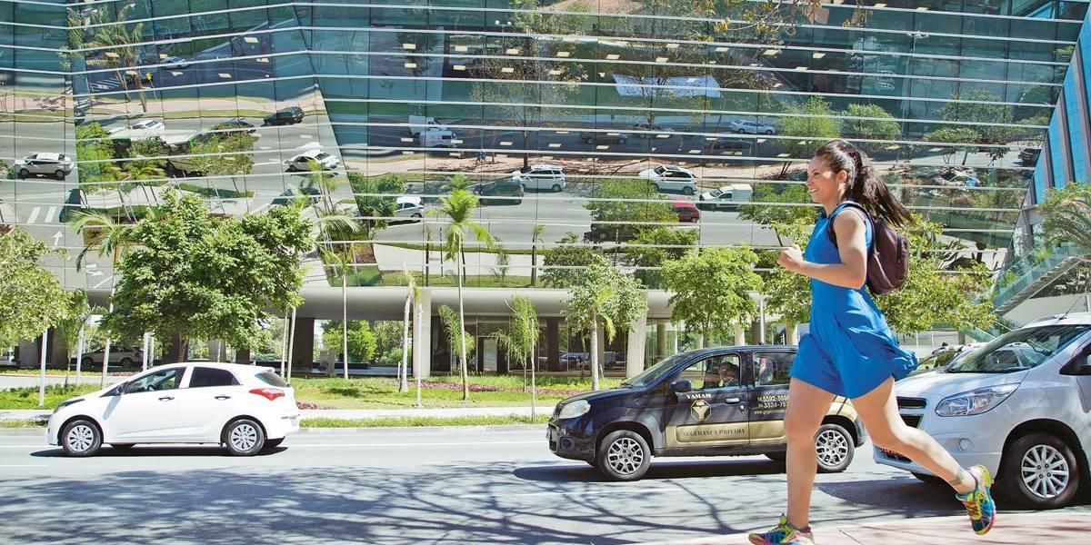 Ela vai correndo – literalmente – para o trabalho