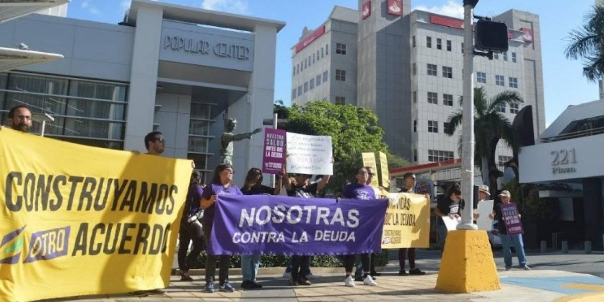Manifestantes ocupan bancos en la Milla de Oro