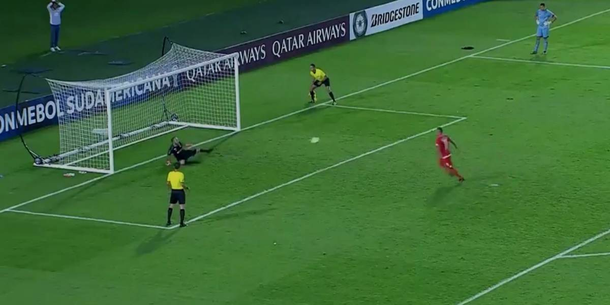 VIDEO. Jugador falla terrible un penalti a lo Panenka y lo despiden