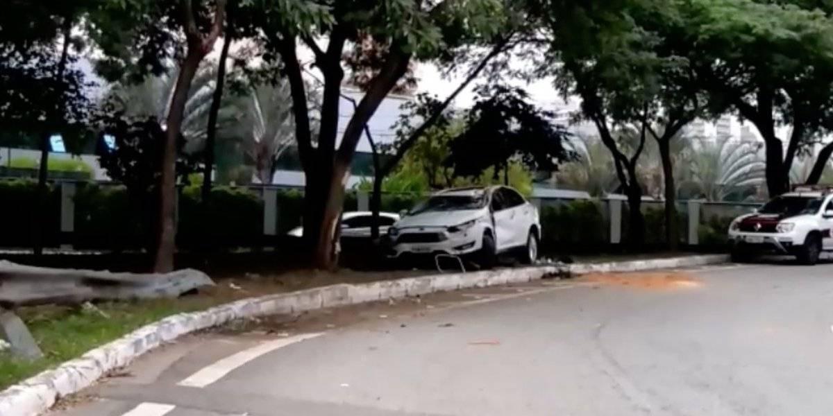 Motorista foge de blitz e colide com árvore em acesso a marginal Tietê