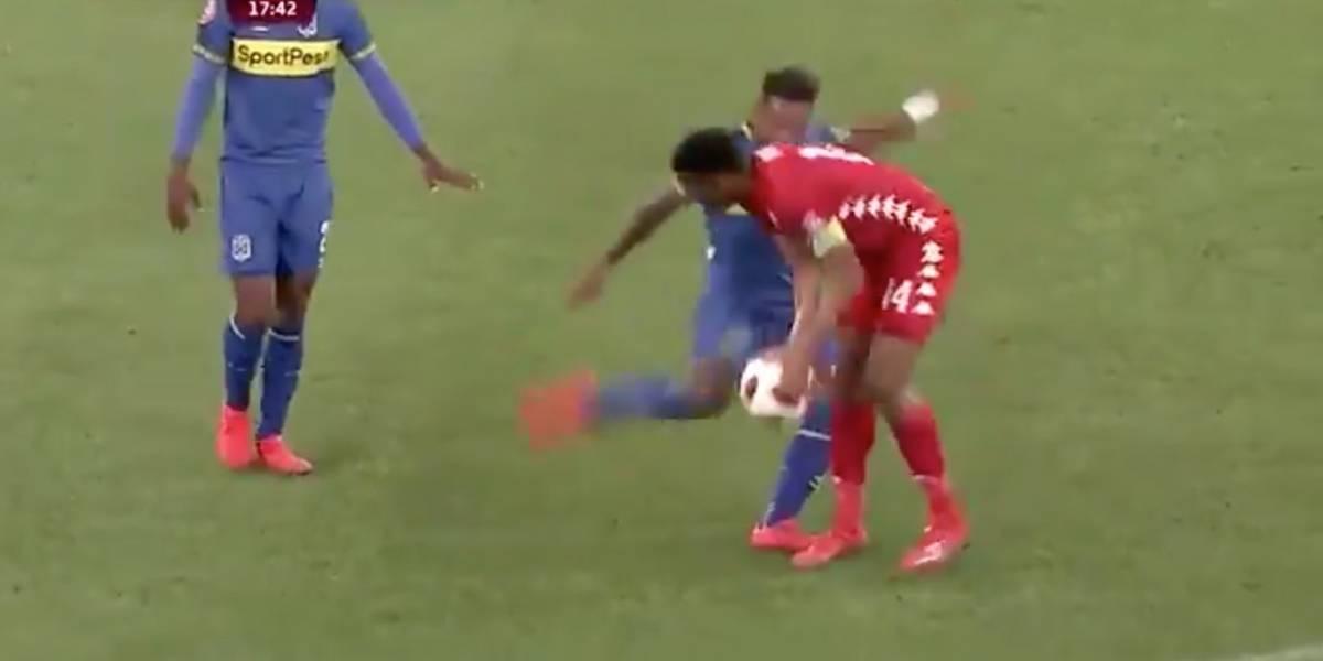 Futbolista africano descarga su furia con una patada brutal a su rival
