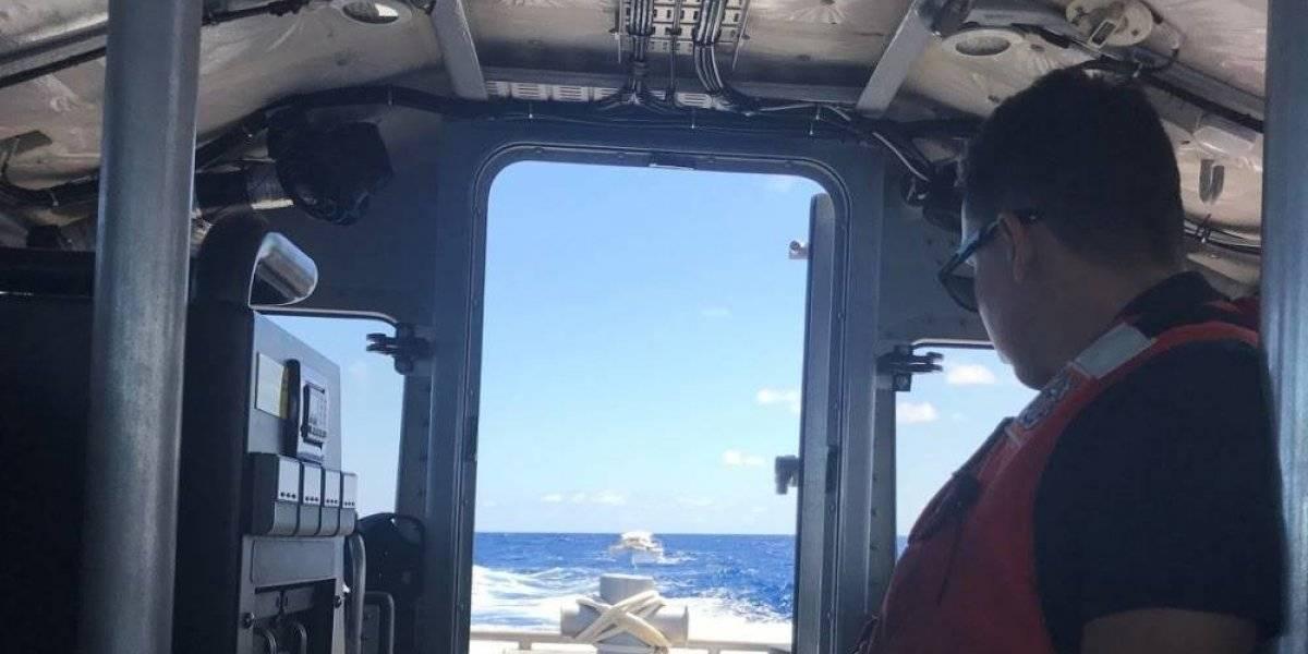 Rescatan a tres turistas de velero que enfrentó problemas en San Juan