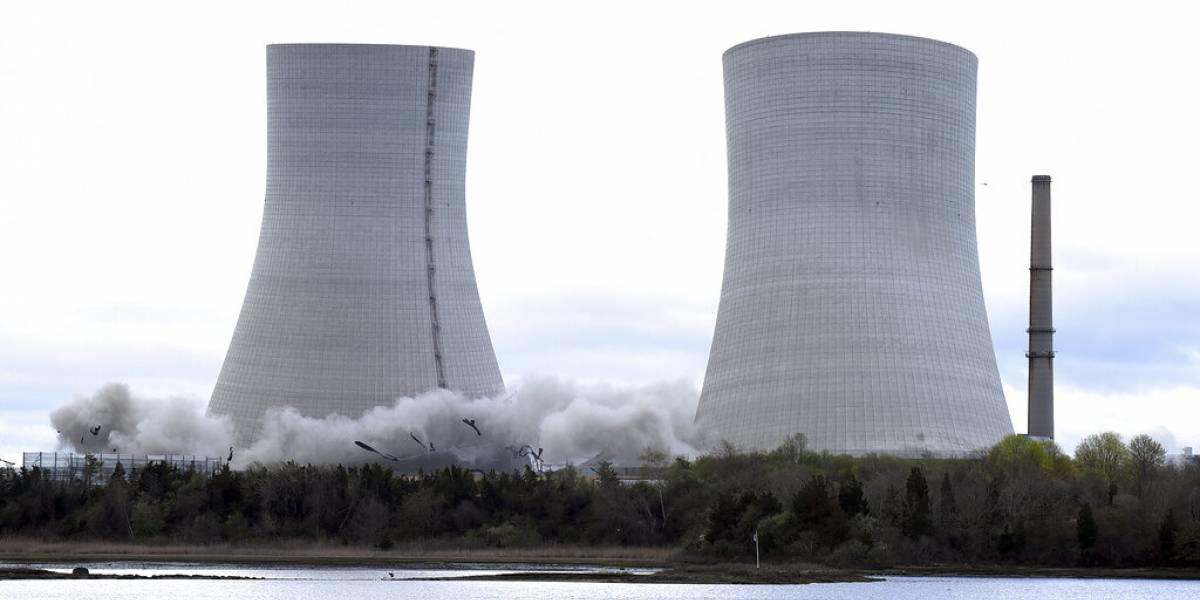 En apenas segundos demuelen dos torres en Massachusetts