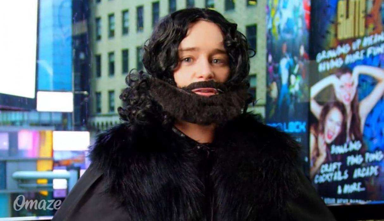 Emilia Clarke paseó disfrazada de Jon Snow por Time Square y nadie se dio cuenta