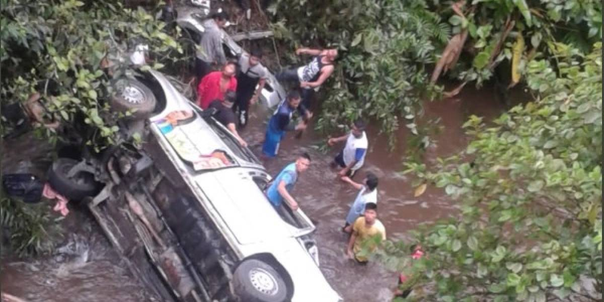 Seis personas de grupo de danza mueren tras accidente de tránsito