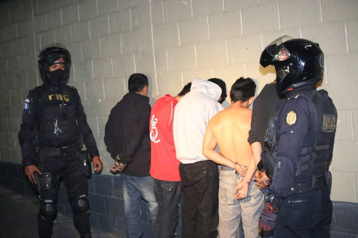 Entre los detenidos hay cinco adultos y un menor de edad, informó la PNC. Foto: PNC